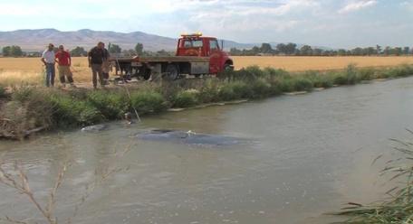4el5s-good-samaratan-rescue-car-in-water-2